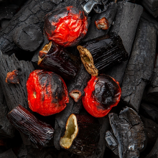 Geroosterde groenten van tomaten en aubergines op houtskool, plat leggen. Gratis Foto