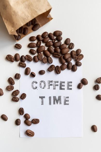 Geroosterde koffiebonen in papieren zak Gratis Foto