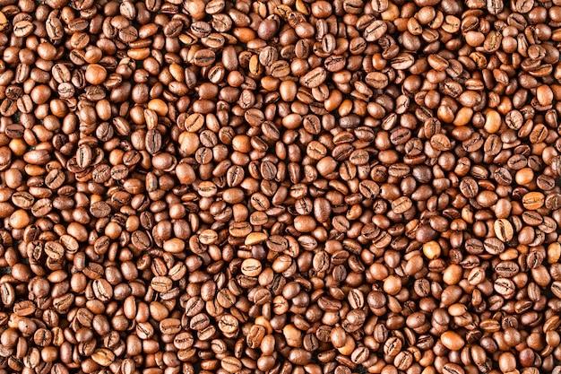 Geroosterde koffiebonen, kunnen als achtergrond worden gebruikt Premium Foto