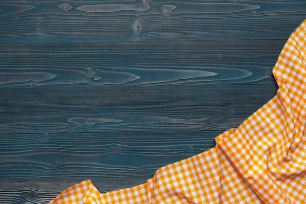 Geruit tafelkleed op houten oppervlaktelijst Premium Foto
