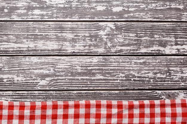 Geruit tafelkleed op houten tafel Premium Foto
