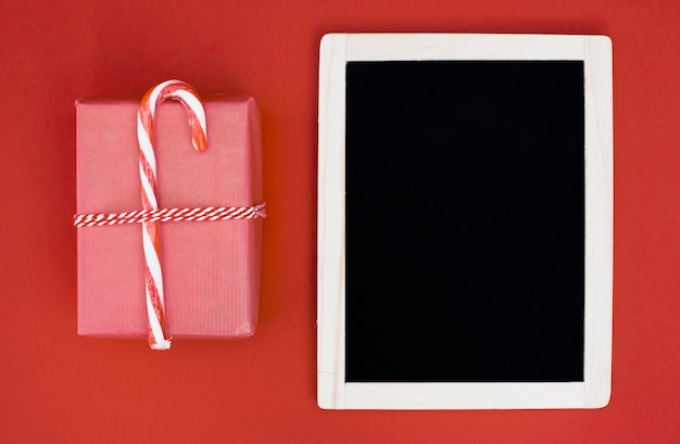 Geschenkdoos in pak met snoepgoed dichtbij fotolijst Gratis Foto