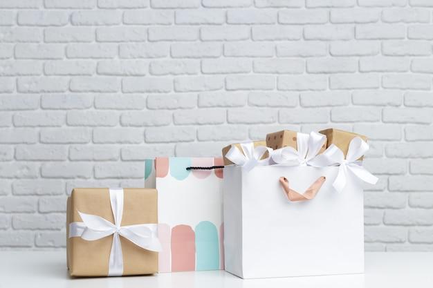 Geschenkdoos in papieren boodschappentas Premium Foto