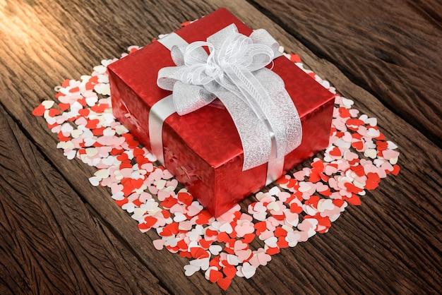 Klein Oud Houten Tafeltje.Geschenkdoos Met Kleine Harten Op Oude Houten Tafel Valentijn