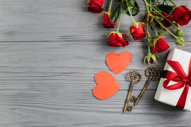 Geschenkdoos met papieren harten op grijze tafel Gratis Foto