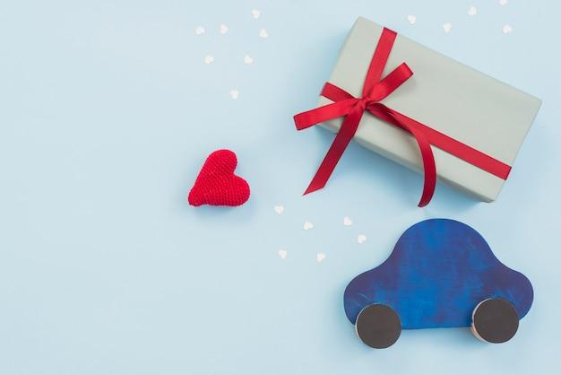 Geschenkdoos met speelgoedauto en rood hart Gratis Foto