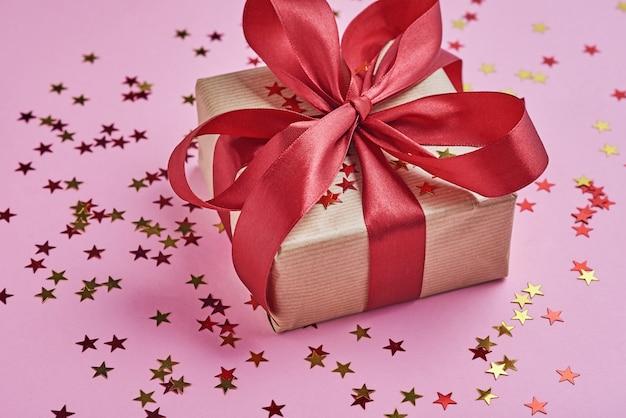 Geschenkdoos met strik en confetti, close-up Premium Foto