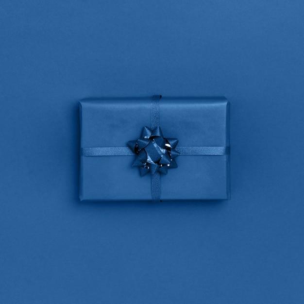 Geschenkdoos op trendy blauwe kleur. bovenaanzicht, plat, vierkant Premium Foto