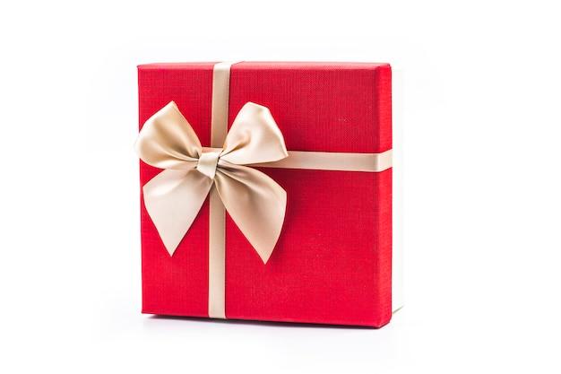 Geschenkdoos op witte achtergrond Gratis Foto