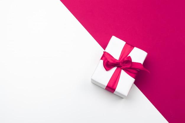 Geschenkdoos, rode papieren harten. valentijnsdag liefde. ruimte kopiëren, plat leggen Premium Foto