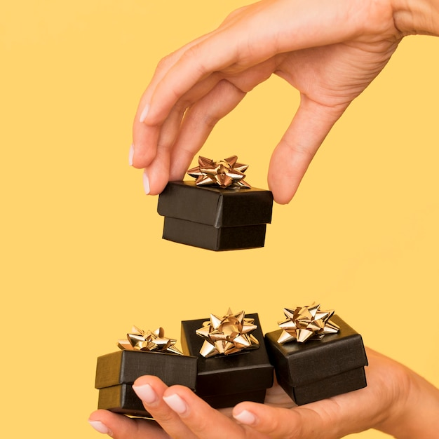 Geschenkdozen met gouden lint voor zijaanzicht van zwarte vrijdag Gratis Foto