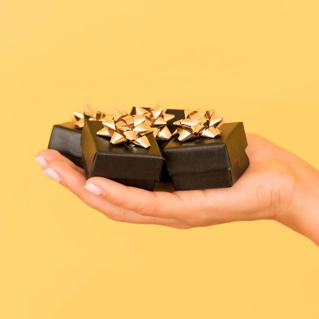 Geschenkdozen met gouden lint voor zwarte vrijdag Gratis Foto