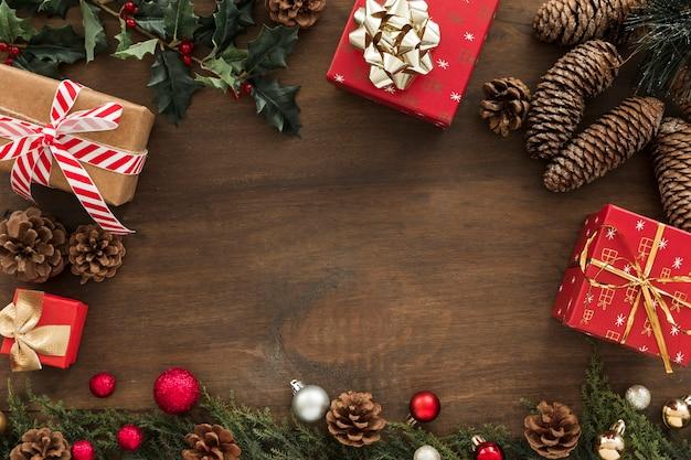 Geschenkdozen met kegels op tafel Gratis Foto