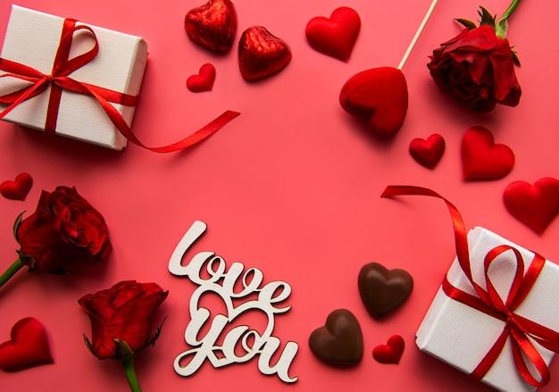 Geschenkdozen met rood lint en rode rozen voor valentijnsdag Premium Foto