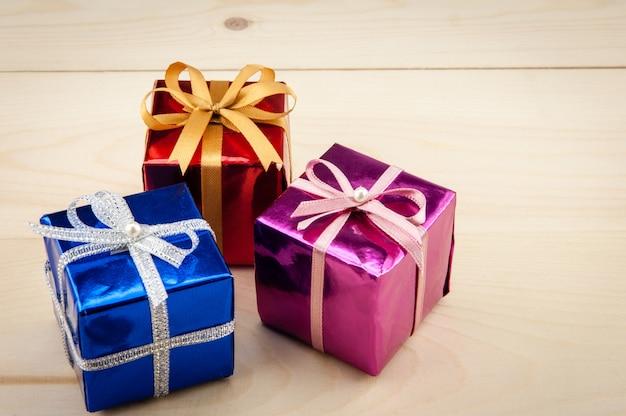 Geschenkdozen op een houten vloer Premium Foto