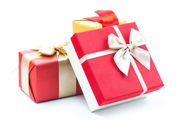 Geschenkdozen op witte achtergrond Gratis Foto