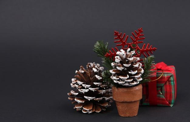Geschenken en decoraties op eerste kerstdag met zwarte achtergrond. Premium Foto