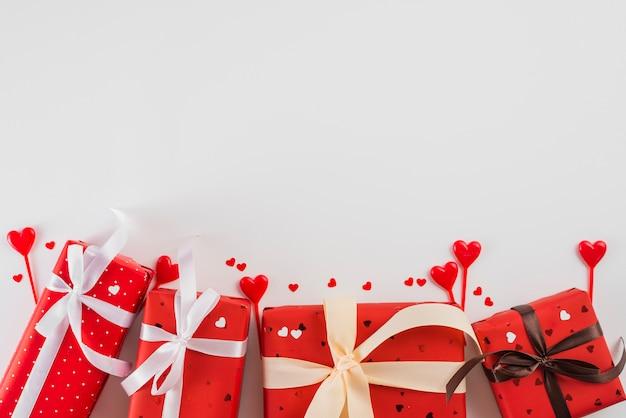 Geschenken en harten voor valentijnsdag Gratis Foto