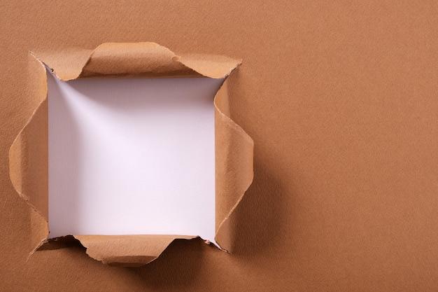 Gescheurd pakpapier vierkant gat achtergrondframe Premium Foto