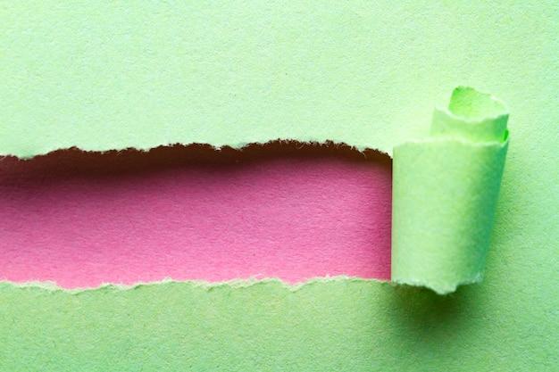 Gescheurd papier. gescheurde en verdraaide papieren strook met plaats voor tekst of bericht Premium Foto