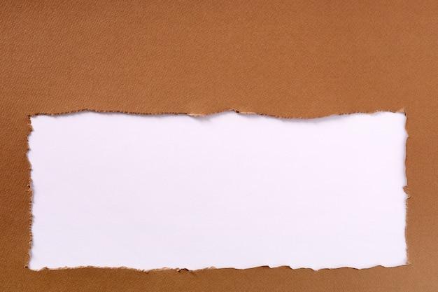 Gescheurde pakpapier frame witte achtergrond Gratis Foto
