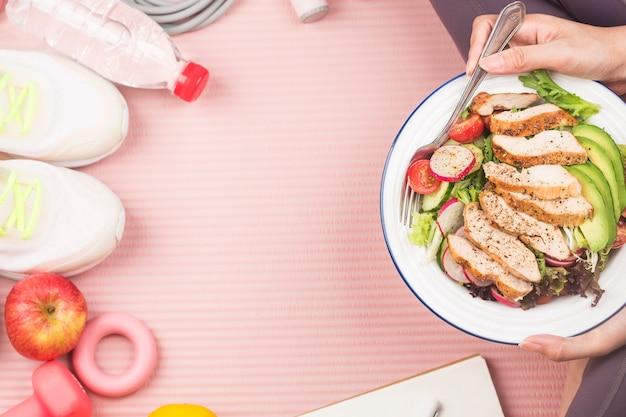 Geschiktheid en een actieve gezonde levensstijl concept. bord met kipfilet salade Premium Foto