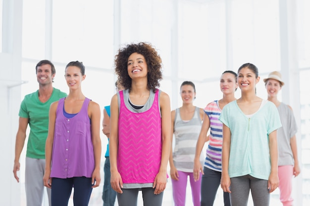 Geschiktheidsklasse en instructeur die pilates oefening doen Premium Foto