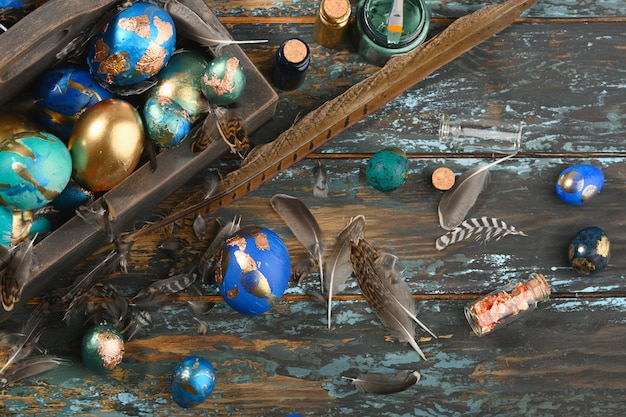 Geschilderde gekleurde paaseieren in donkere houten doos Premium Foto