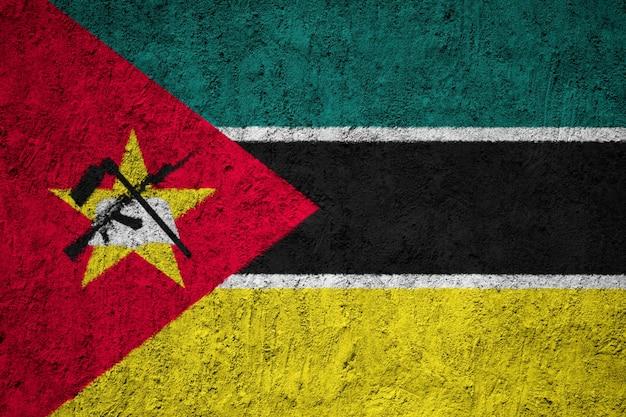 Geschilderde nationale vlag van mozambique op een betonnen muur Premium Foto