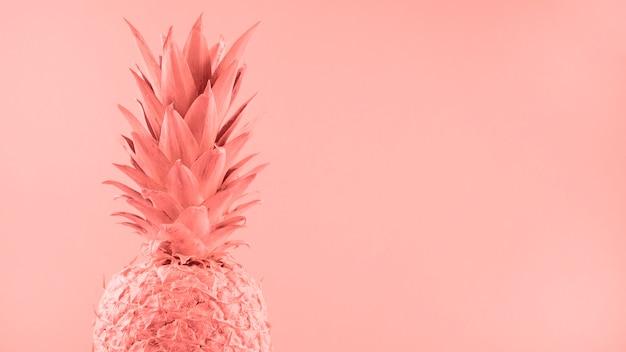 Geschilderde roze ananas op gekleurde achtergrond Gratis Foto