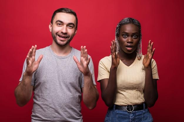 Geschokt afro-amerikaanse jonge vrouwelijke en mannelijke blik met bang angstige uitdrukkingen op camera Premium Foto