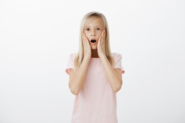 Geschokt meisje laat haar kaak vallen en staart onder de indruk Gratis Foto