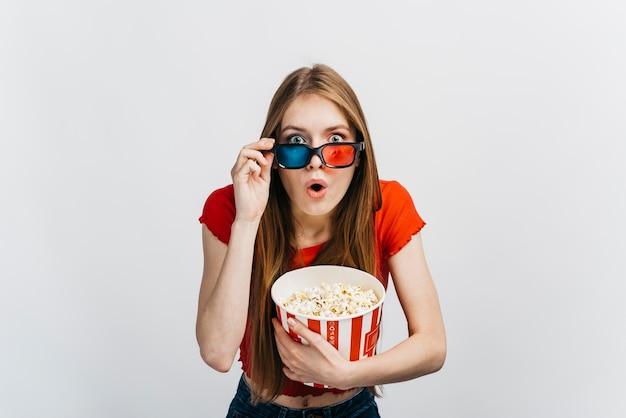 Geschokte vrouw die een 3d film bekijkt Gratis Foto