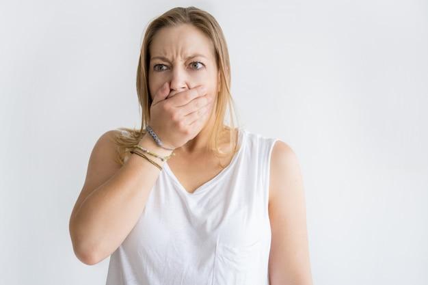 Geschokte vrouw die mond behandelt met hand Gratis Foto