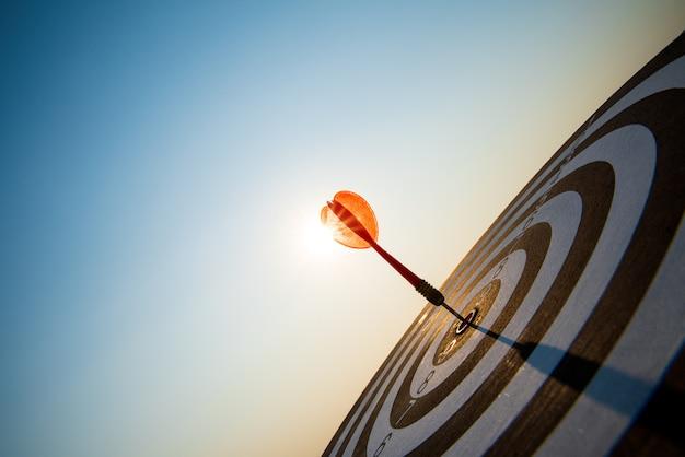 Geschotene rode pijltjespijlen in het doelcentrum, het bedrijfsdoel of het concept van het doelsucces. Premium Foto