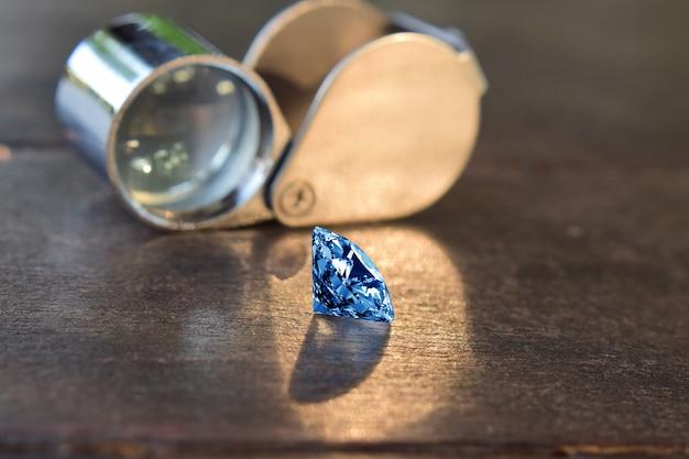 Geselecteerde diamanten zijn helder en schoon. mooi op de houten vloer Premium Foto