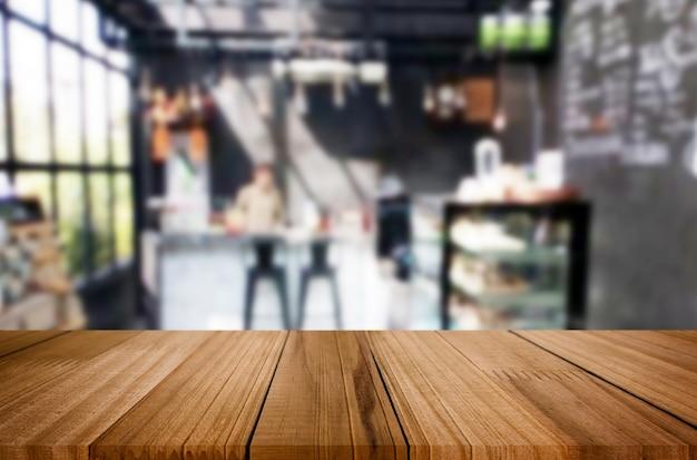 Geselecteerde nadruk lege bruine houten lijst en koffiewinkel of de achtergrond van het restaurantonduidelijke beeld Premium Foto