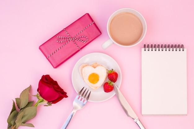 Geserveerd romantisch ontbijt met roos en cadeau Gratis Foto
