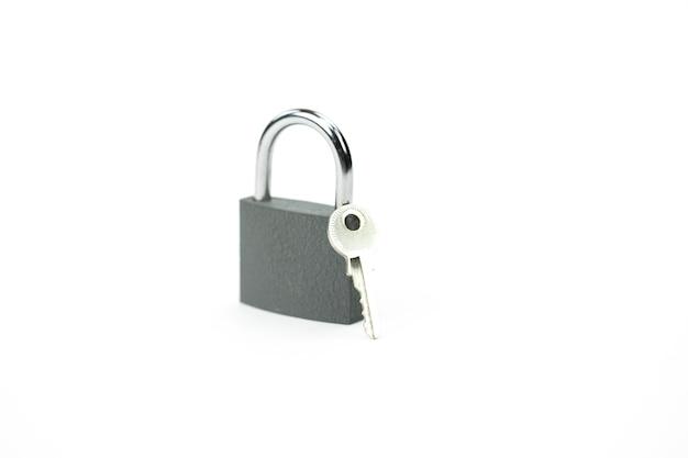 Gesloten hangslot en sleutel - symbool van veiligheid, bescherming van persoonsgegevens Premium Foto