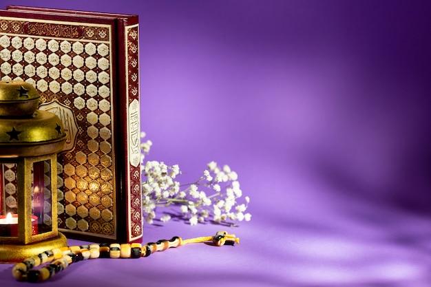 Gesloten koran met paars achtergrondstudioschot Gratis Foto