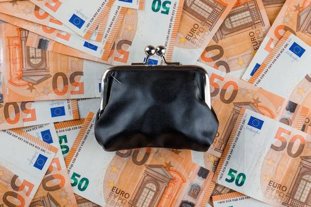 Gesloten portemonnee op bankbiljet tafel. Gratis Foto