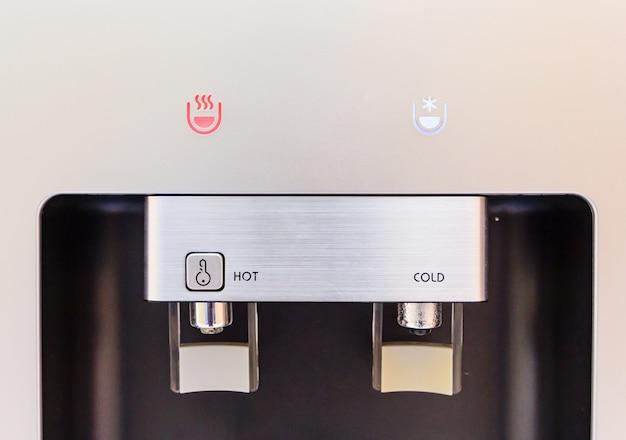 Gesloten van warme en koude kraan van waterdispenser, waterkoeler Premium Foto