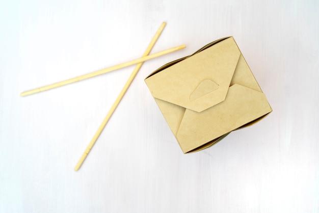 Gesloten wok-papieren verpakkingsdozen. voor aziatisch fastfood. Premium Foto
