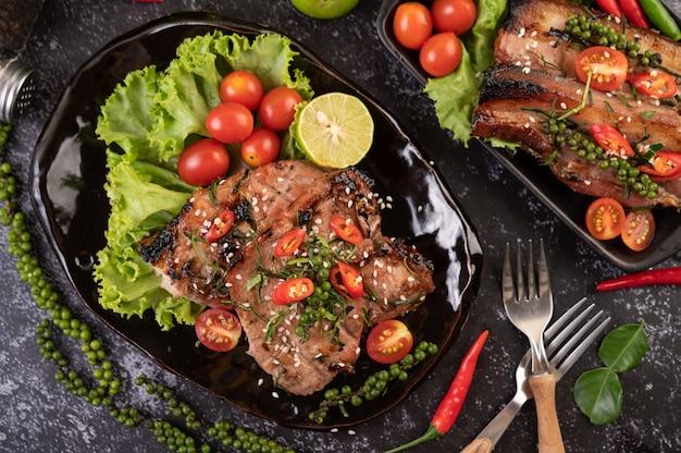 Gesneden ã ¢ â € â ã ¢ â € â € varkenssteak gegarneerd met witte sesam en verse peperzaadjes. Gratis Foto
