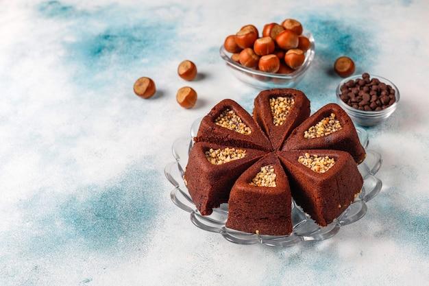 Gesneden browniecake met hazelnoten. Gratis Foto
