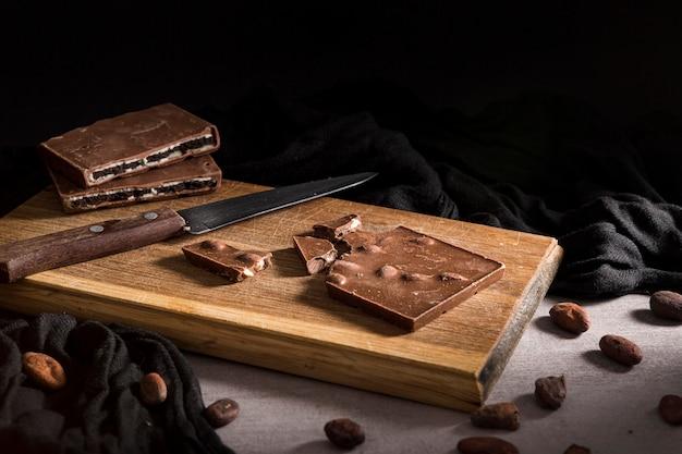 Gesneden chocoladereep op snijplank Gratis Foto