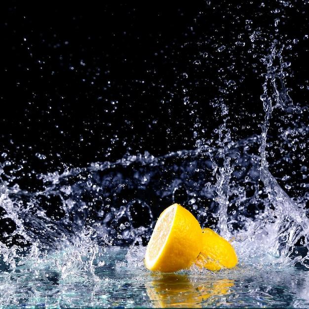 Gesneden citroen in het water Premium Foto