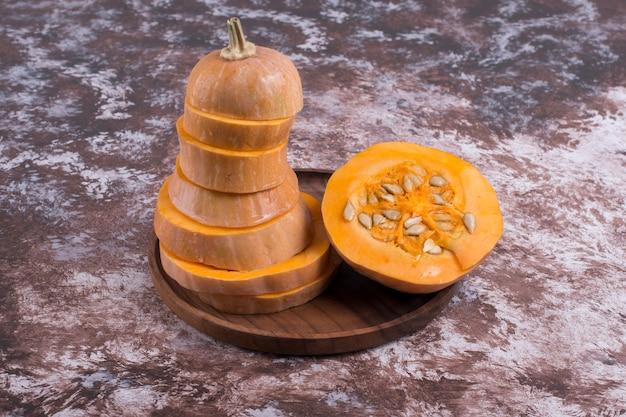 Gesneden gele pompoen met binnen zaden Gratis Foto