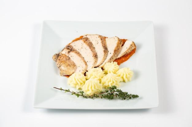Gesneden kipfilet in een saus met aardappelpuree Gratis Foto
