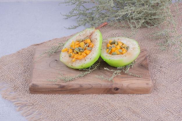 Gesneden perensalade met wortel en pompoenbonen. Gratis Foto